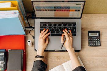 femme utilise ordinateur sur bureau pour planifier création entreprise